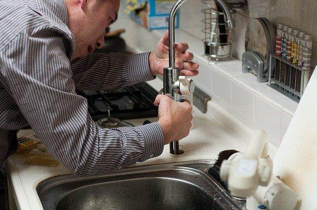 Faire appel à un plombier pour une canalisation bouchée